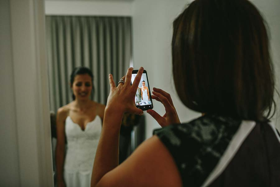 bride smartphone photographer