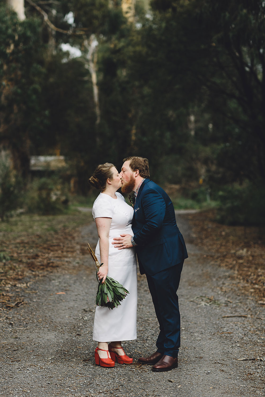 healesville-sanctuary-wedding-kiss