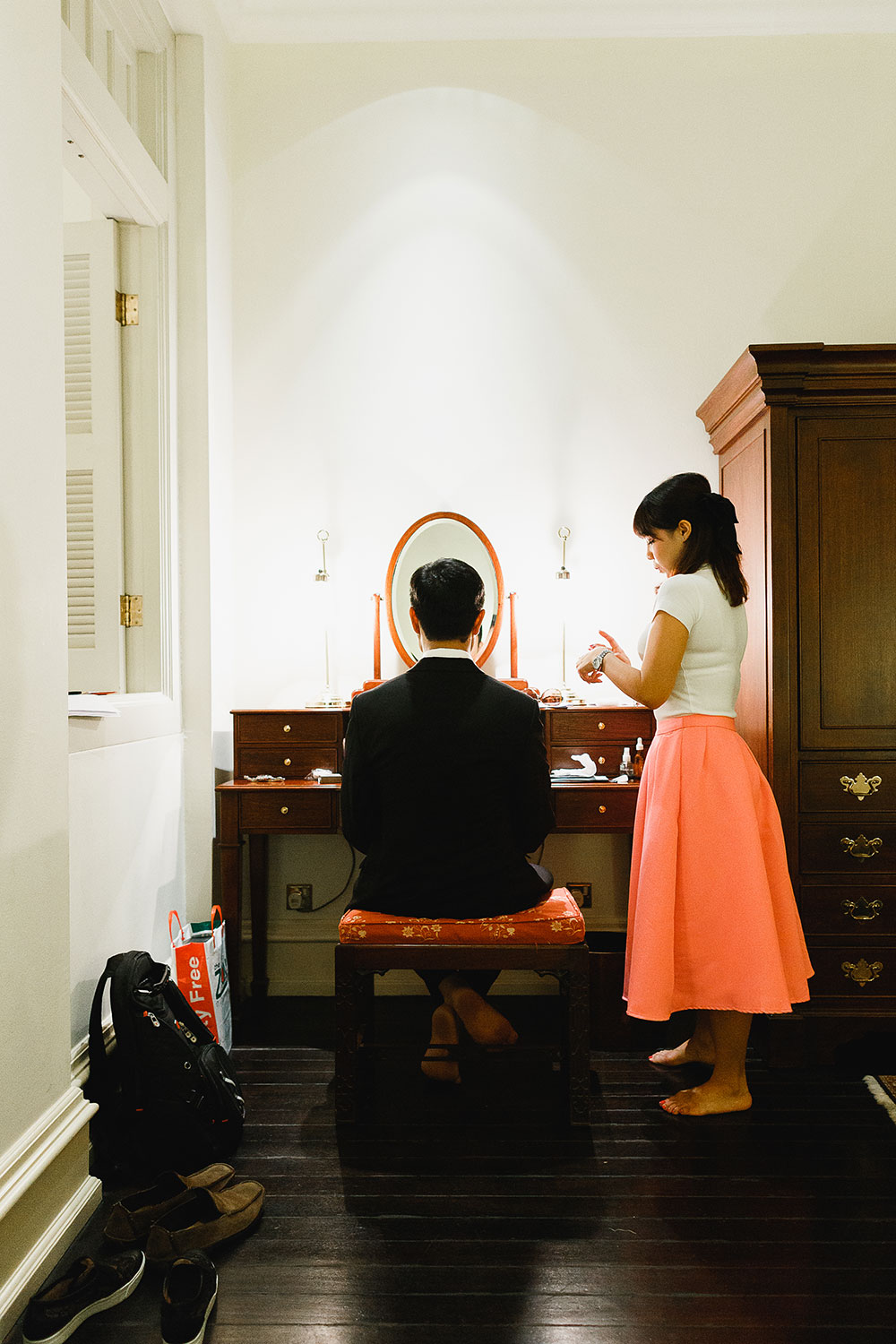 Singaore-Raffles-Hotel-Wedding-groom-mirror