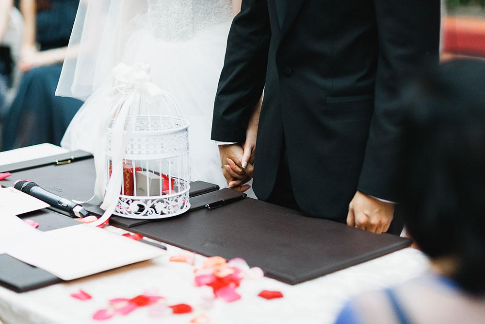 Singaore-Raffles-Hotel-Wedding-holding-hands
