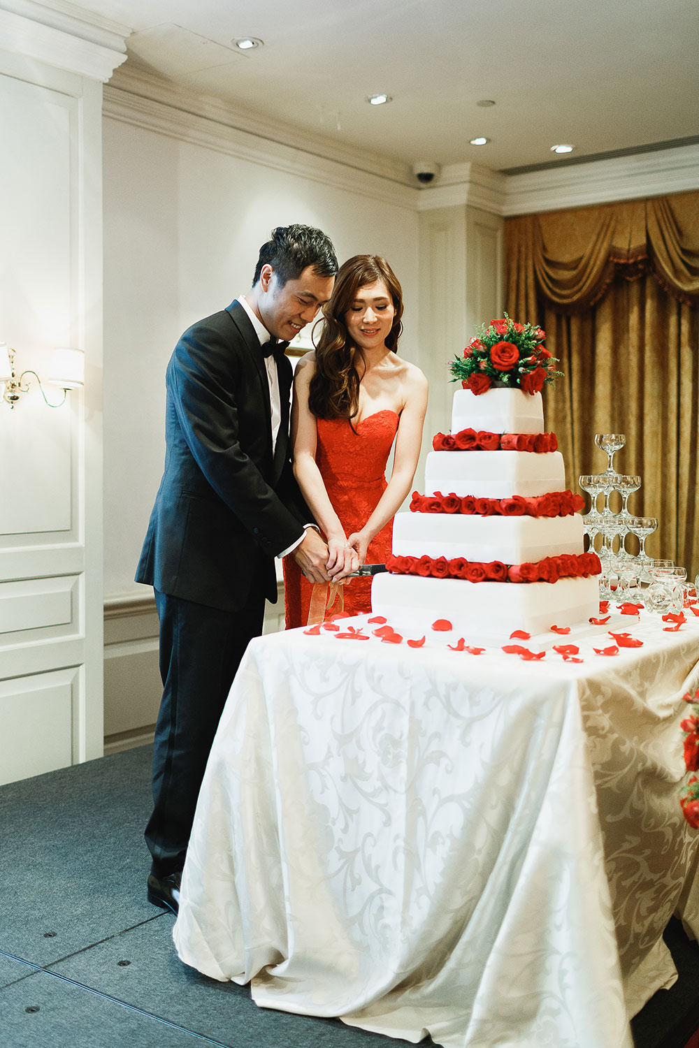 Singaore-Raffles-Hotel-Wedding-cake-cutting