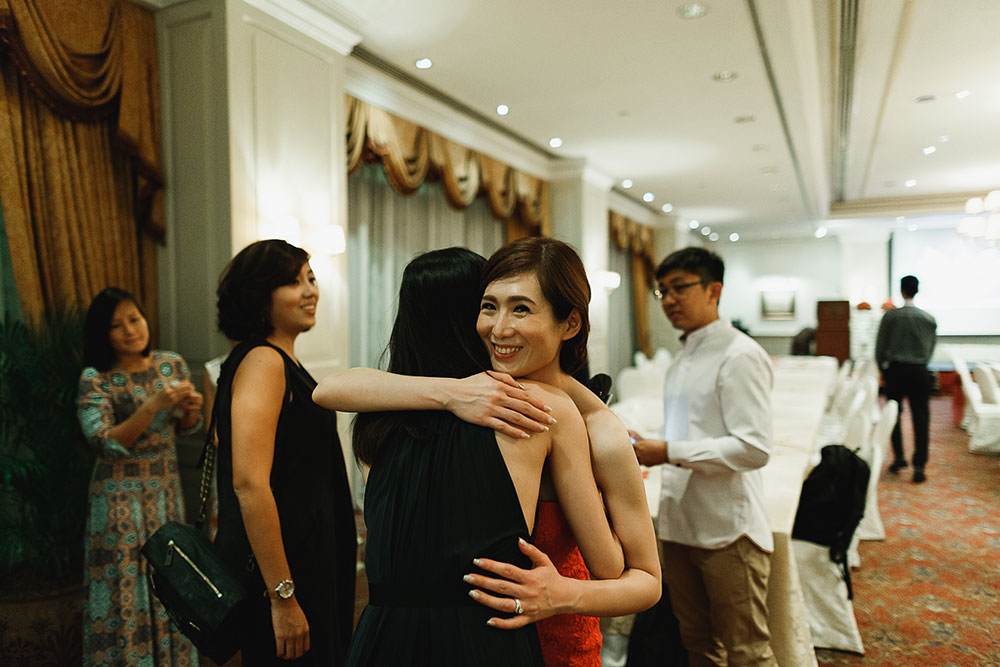 Singaore-Raffles-Hotel-Wedding-hug