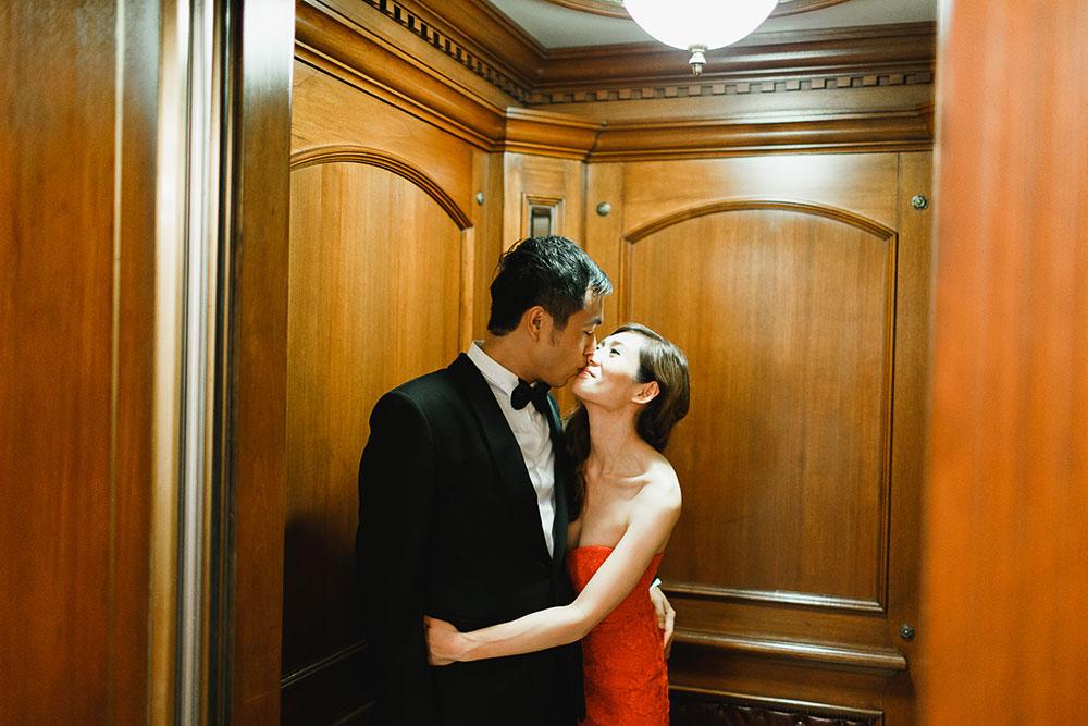 Singaore-Raffles-Hotel-Wedding-elevator-kiss