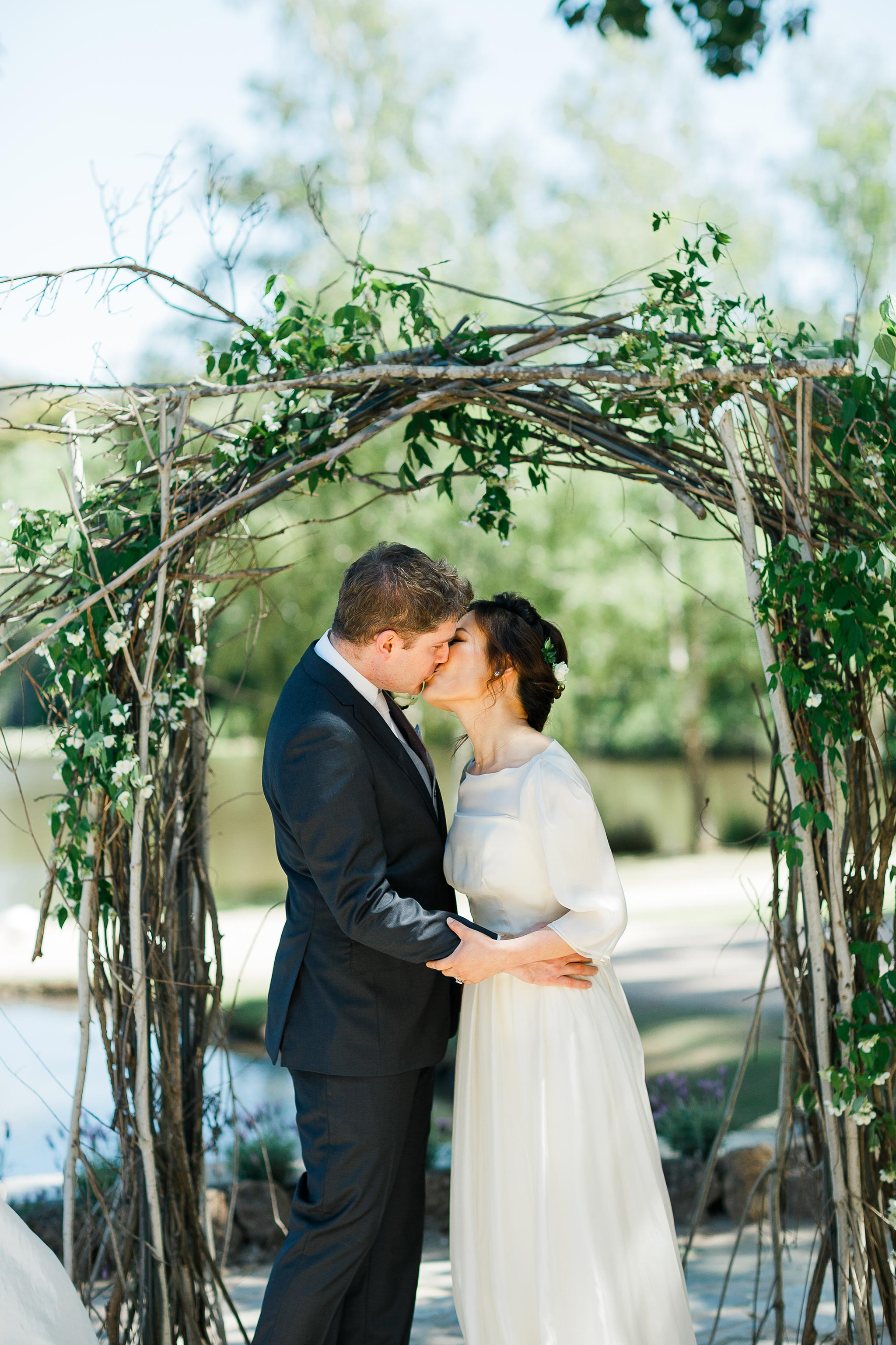 Daylesford-Lake-House-Wedding-Photography-ceremony-kiss
