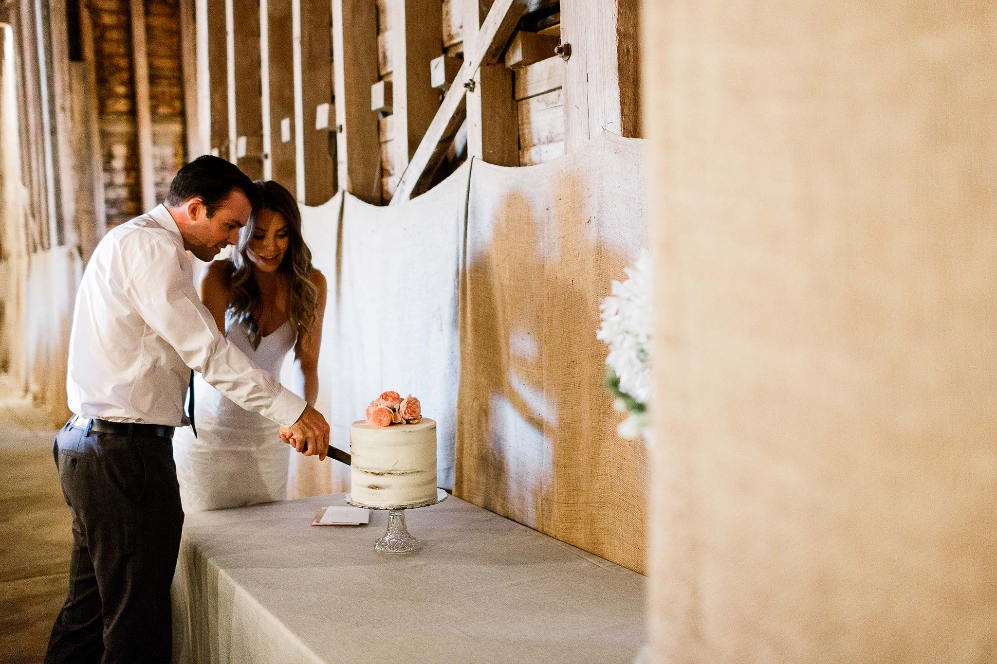 Launceston-Brickendon-barn-Wedding-Photographer-reception-cake-cutting