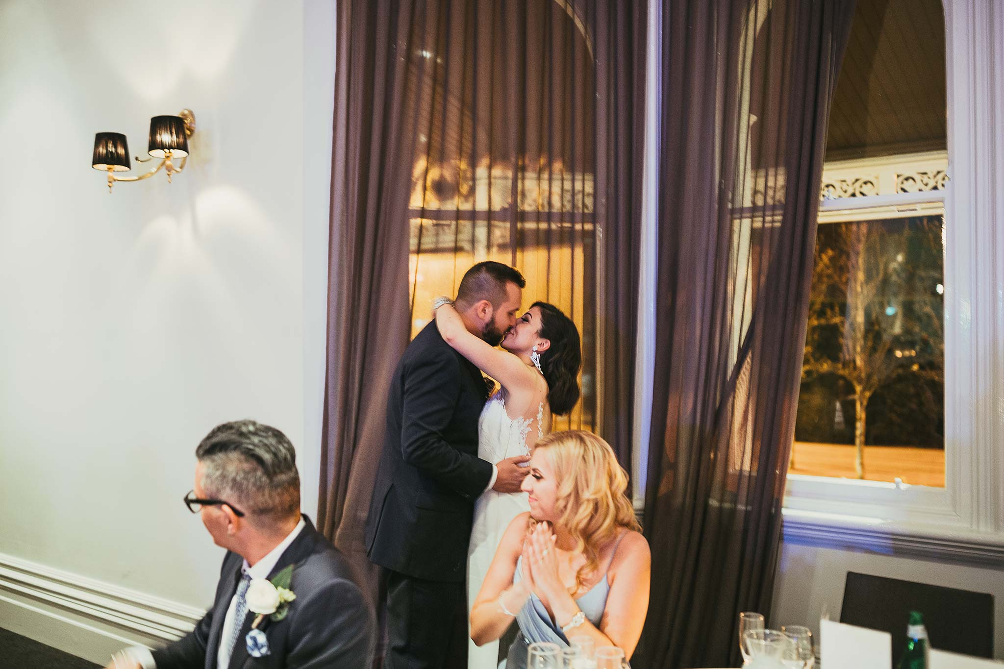 quat-quatta-night-wedding-reception-speeches-kiss