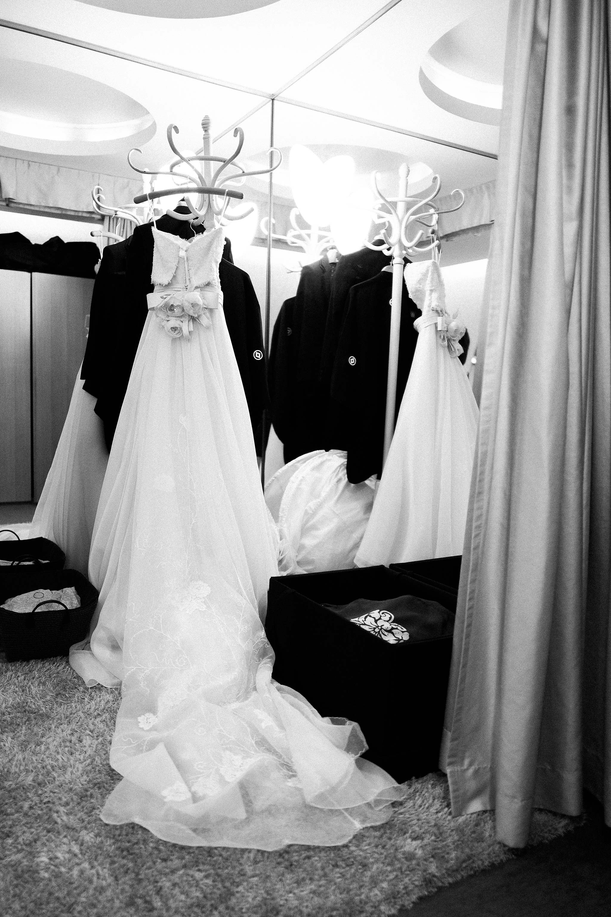 Osaka-Banpaku-Geihinkan-Wedding-getting-ready-wedding-dress