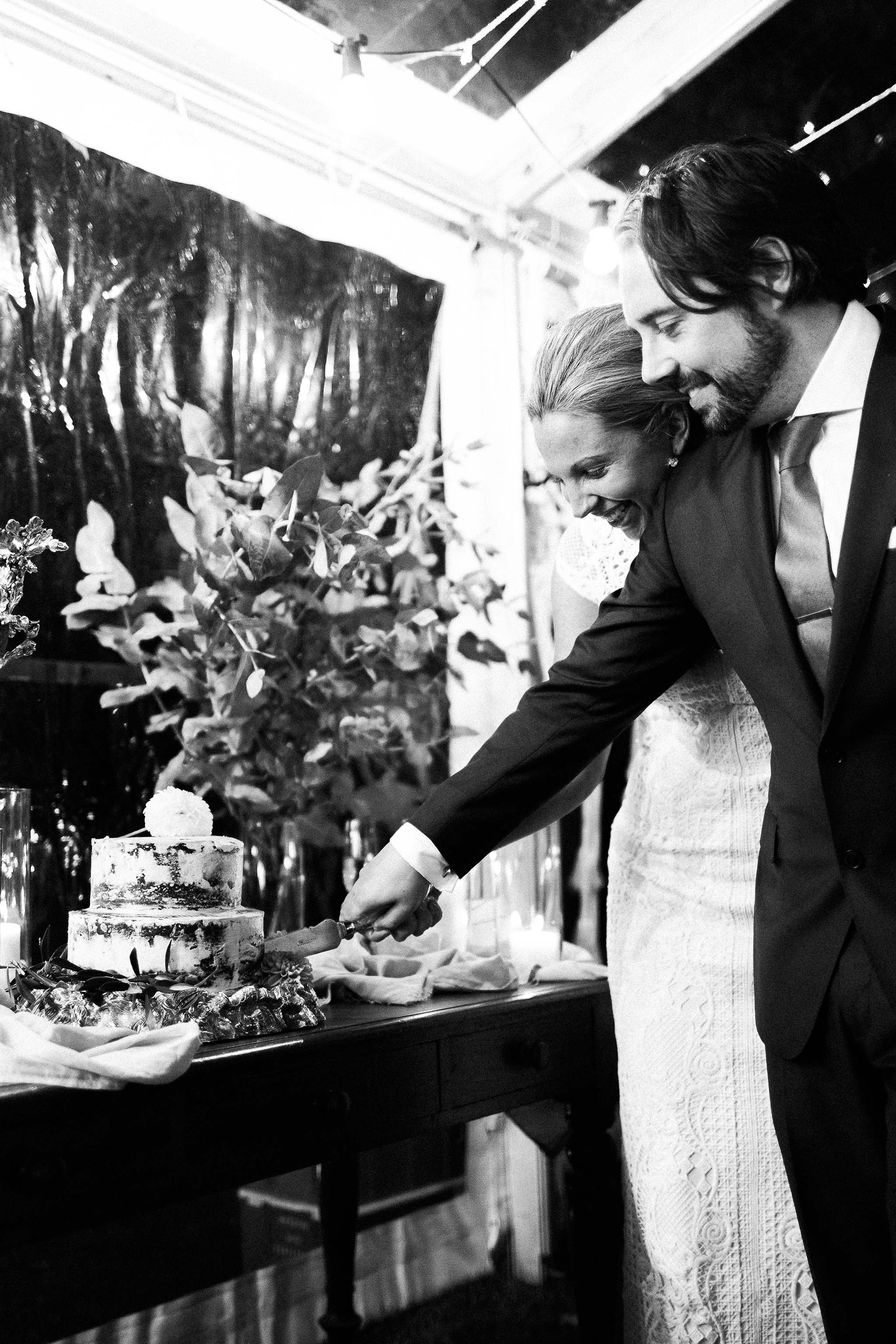 Tasmania-Davenport-Farm-Wedding-cake-cutting