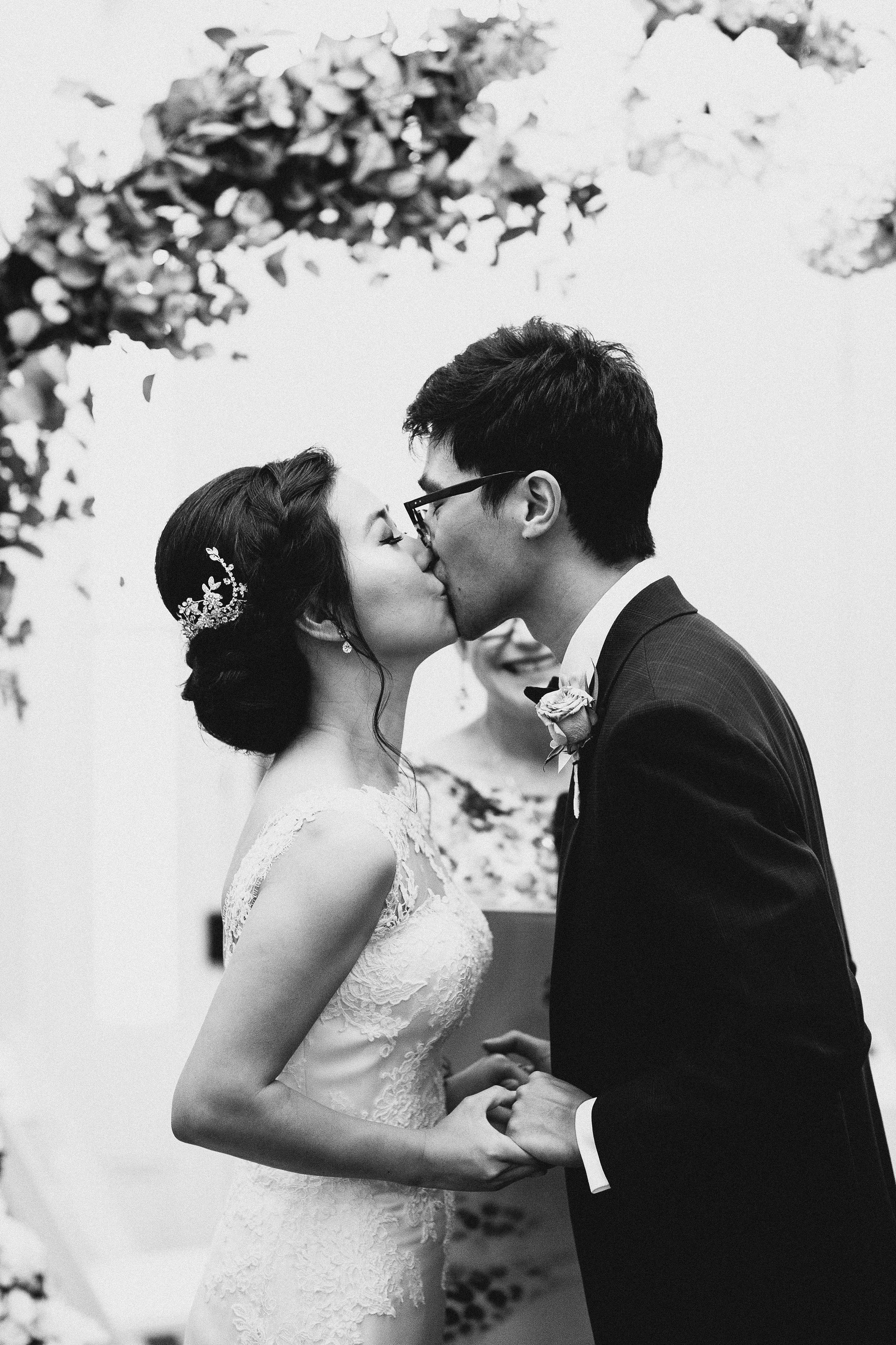 Melbourne-Botanical-Gardens-House-Wedding-Ceremony-kiss