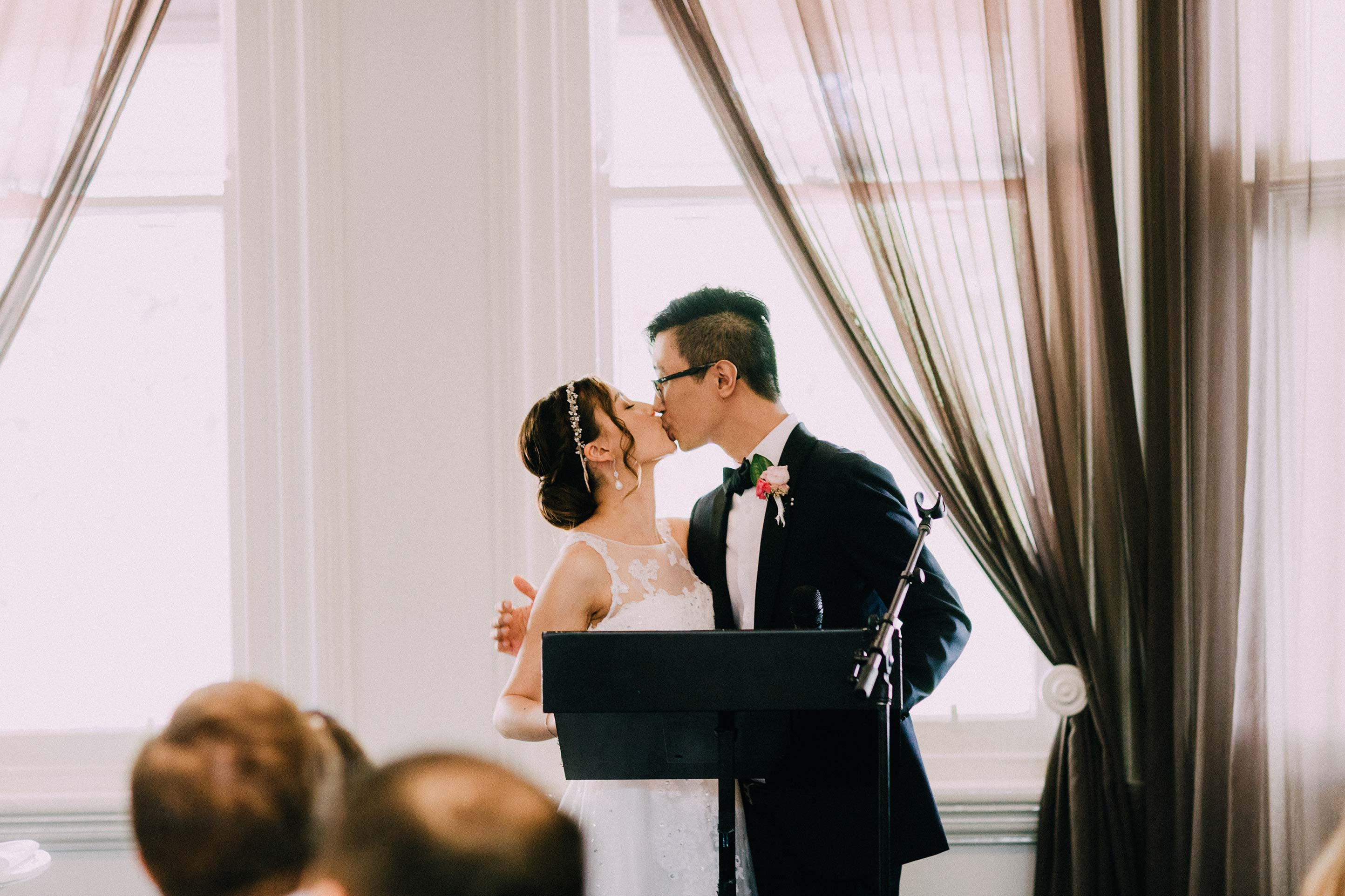 Melbourne-ripponlea-wedding-photographer-quat-quatta-lunch-reception-speech-kiss