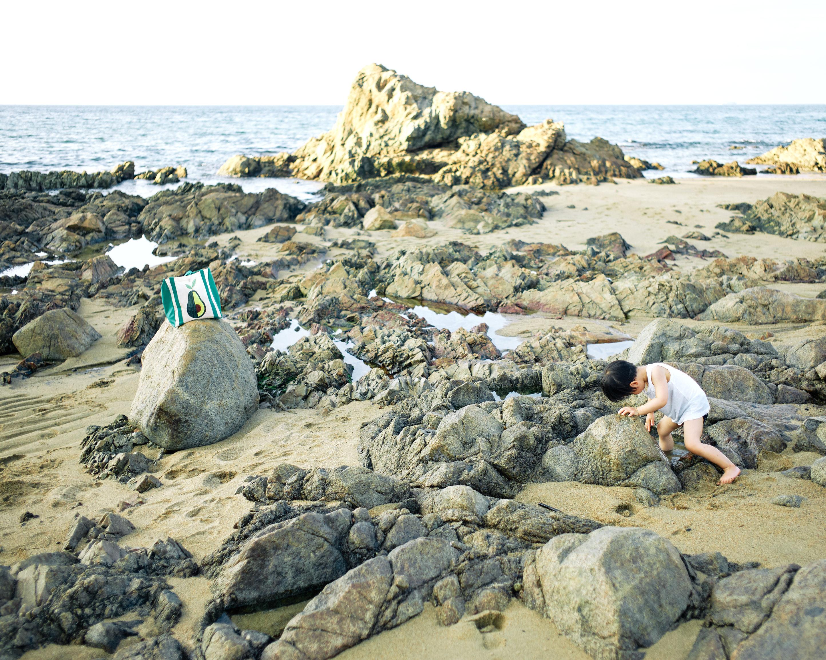 woolworth bag itoshima beach rocks child