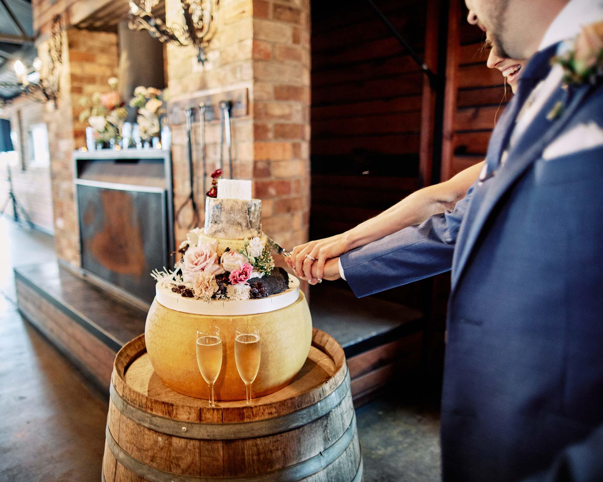 Zonzo estate wedding cutting of the cake